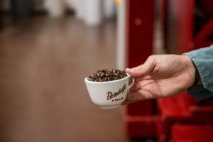 Chicci di caffè in tazza